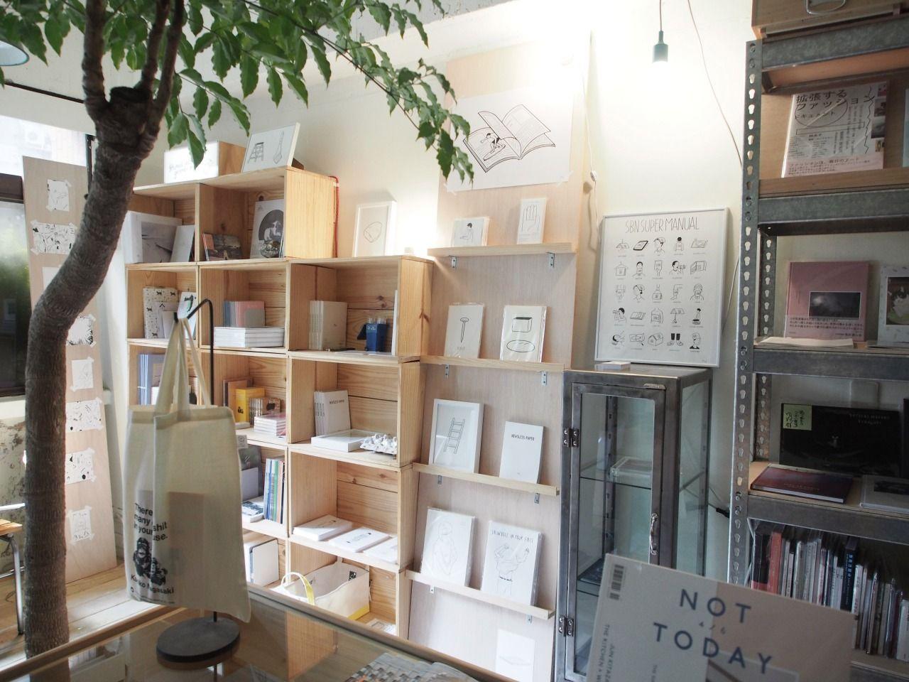 日本高人氣插画設計師Noritake,11月正式進駐下北沢世代  2008年開始於日本展開個人插画展的Noritake,大膽地運用紙張留白, 使觀者能與自身作品產生好的虛擬對話空間。爾後幾年間,除了前往 歐美展出,並與獨立書店、風尚雜誌等陸續展開不同類型的合作之外, 更持續開發自己的設計商品,画風也越來越簡練成熟,進而成為少數 經營的如此成熟的個人插画品牌。帶著男性風味的理智輪廓線條搭配 上中性的情緒,更深深虜獲現代強調自我個性的都市男女。  文字:下北沢世代 Photo :下北沢世代 Design: Noritake 寄賣點:下北沢世代   台北市中正區和平西路二段141號2樓之1