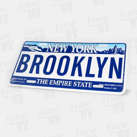 Hello Brooklyn! Der Stadtbezirk Brooklyn ist längst kein New Yorker Geheimtipp mehr und lockt mit seinen Sehenswürdigkeiten viele Menschen aus der ganzen Welt an. Coney Island im Sommer, in DUMBO die Skyline von Manhattan genießen oder ein Basketballspiel der Brooklyn Nets anschauen sind nur einige wenige von vielen Spots in Brooklyn. Das geprägte Blechschild von Brooklyn eignet sich durch seine Länge von 30cm bestens als Dekoration. #brooklyn #newyork #ny #kennzeichen #blechschild #nyc