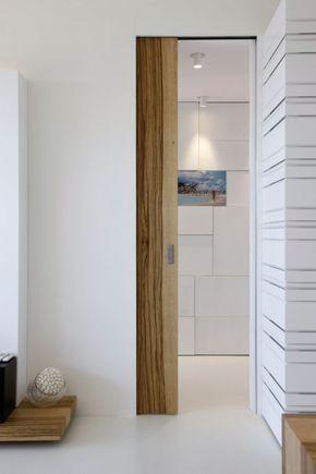 Moderne Wohnung Innen Ganz In Weiss Und Holz Gekleidet Schiebetur