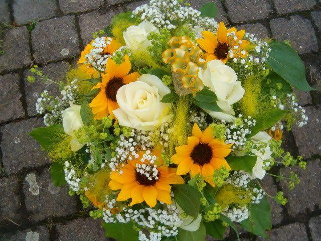 Eerste zonnebloemen verwerkt in bloemstuk 2007