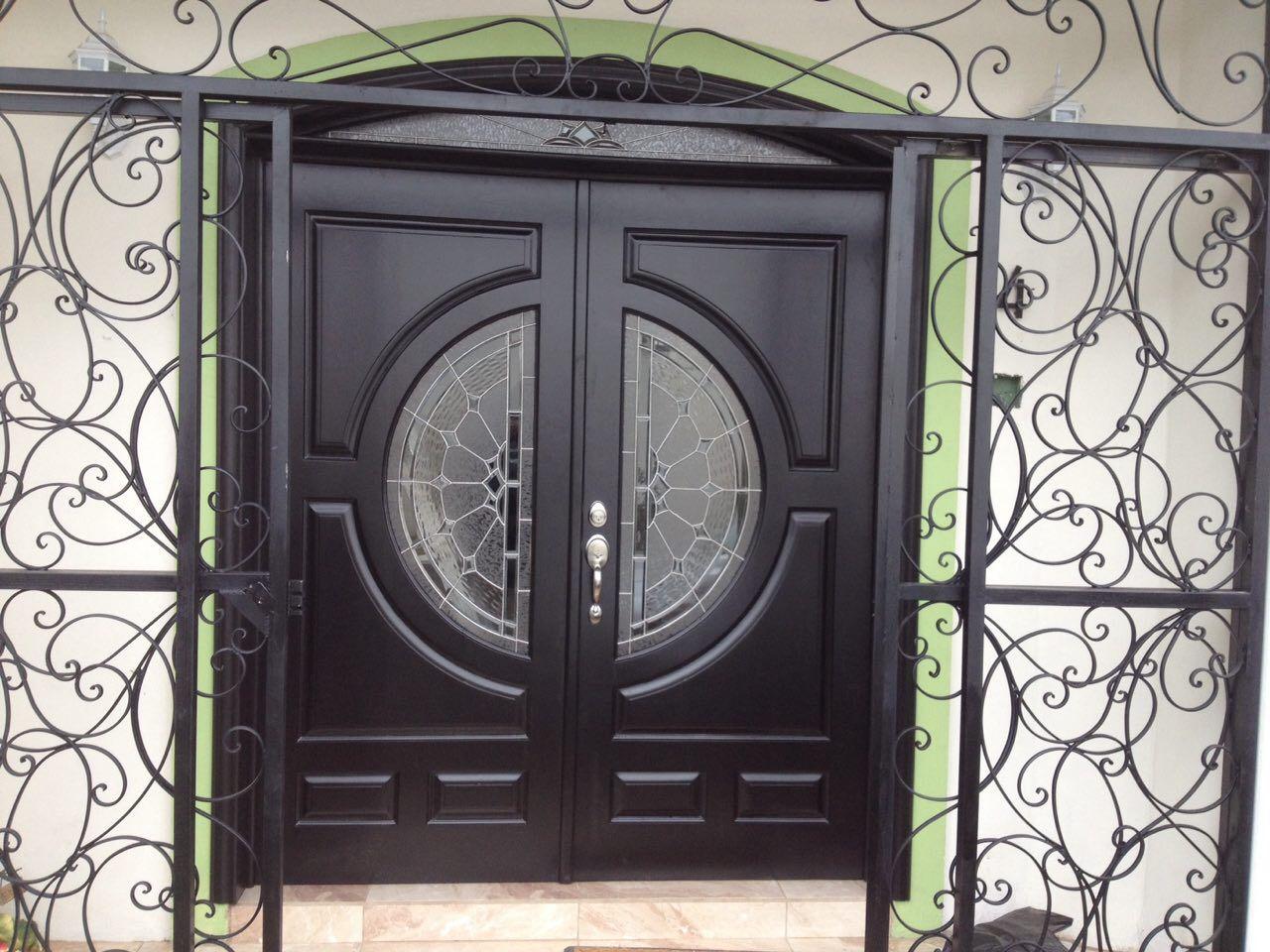 Puerta principal de dos hojas en madera de cedro color - Puertas de dos hojas ...