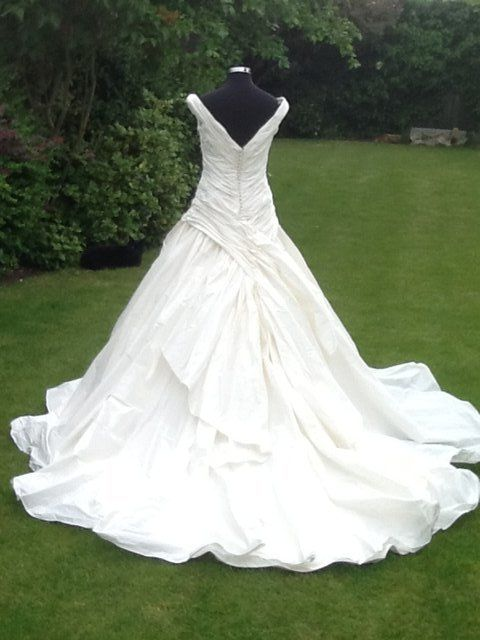 Preloved Unworn Beautiful Ian Stuart Wedding Dress For Sale In Doncaster South Yorkshire Wedding Outfit Wedding Dresses Bridal Wear