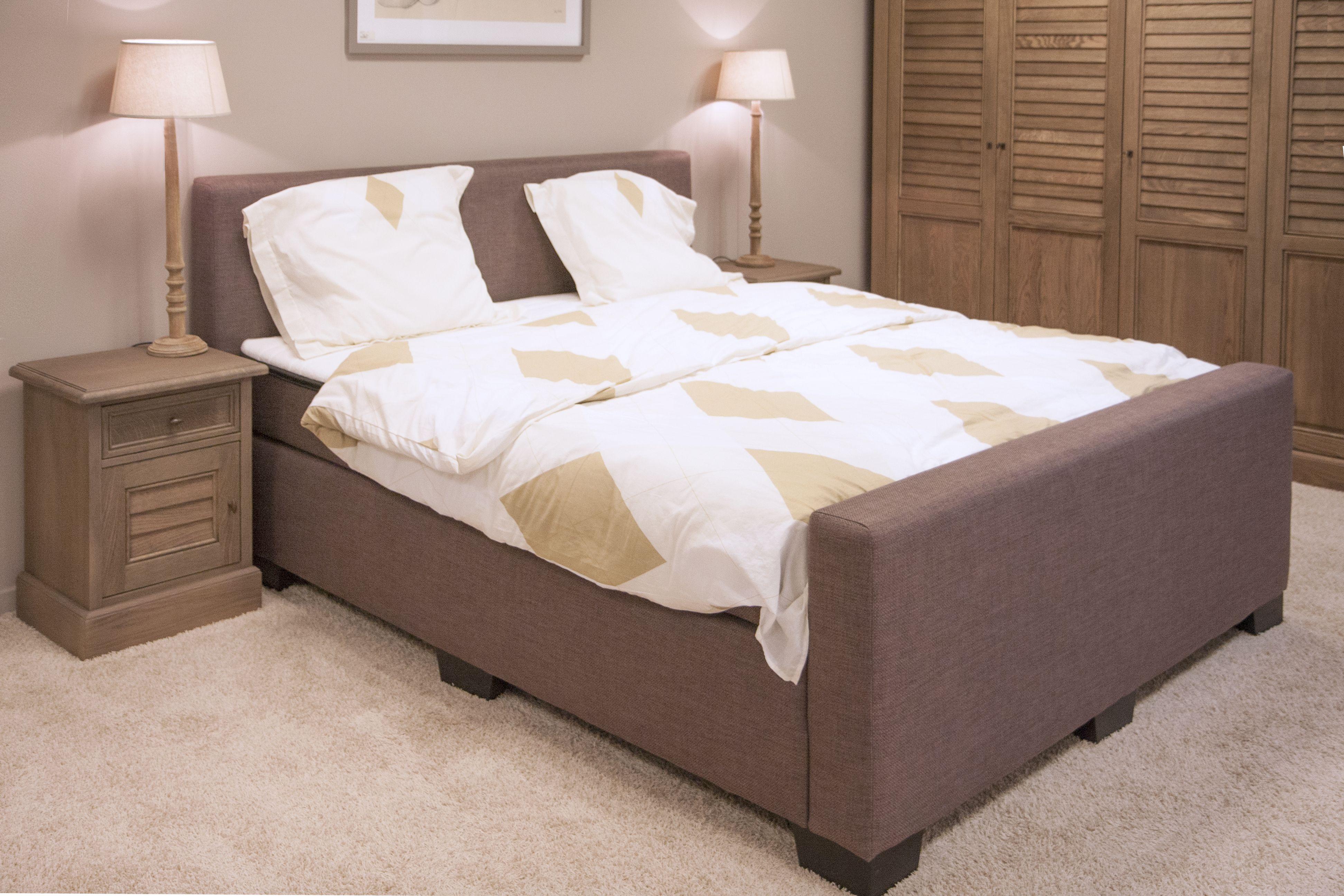 Een comfortabele boxspring in een landelijke slaapkamer. meubelen ...