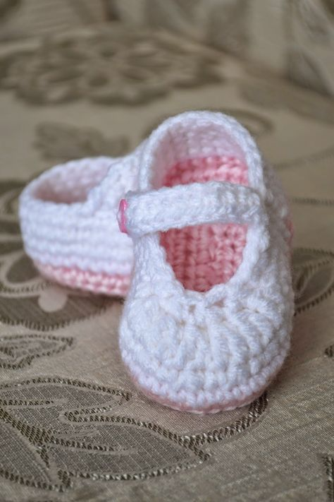 Pink Crocheted Baby Shoes With | Baby häkeln | Pinterest | Baby ...