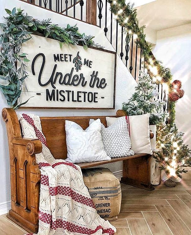 Rustic Christmas decor for the entryway of your home. Make your guest feel welcome and decor your foyer with this inspiring holiday season home decor. #christmasdecor #christmasdecorating #foyer #entryway #holidaydecor