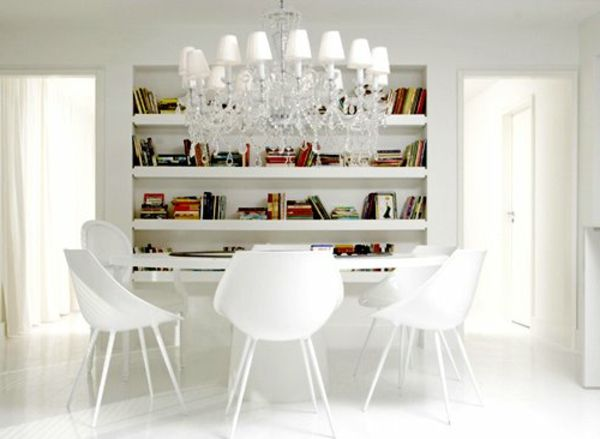 weiße regale und schöne stühle im esszimmer