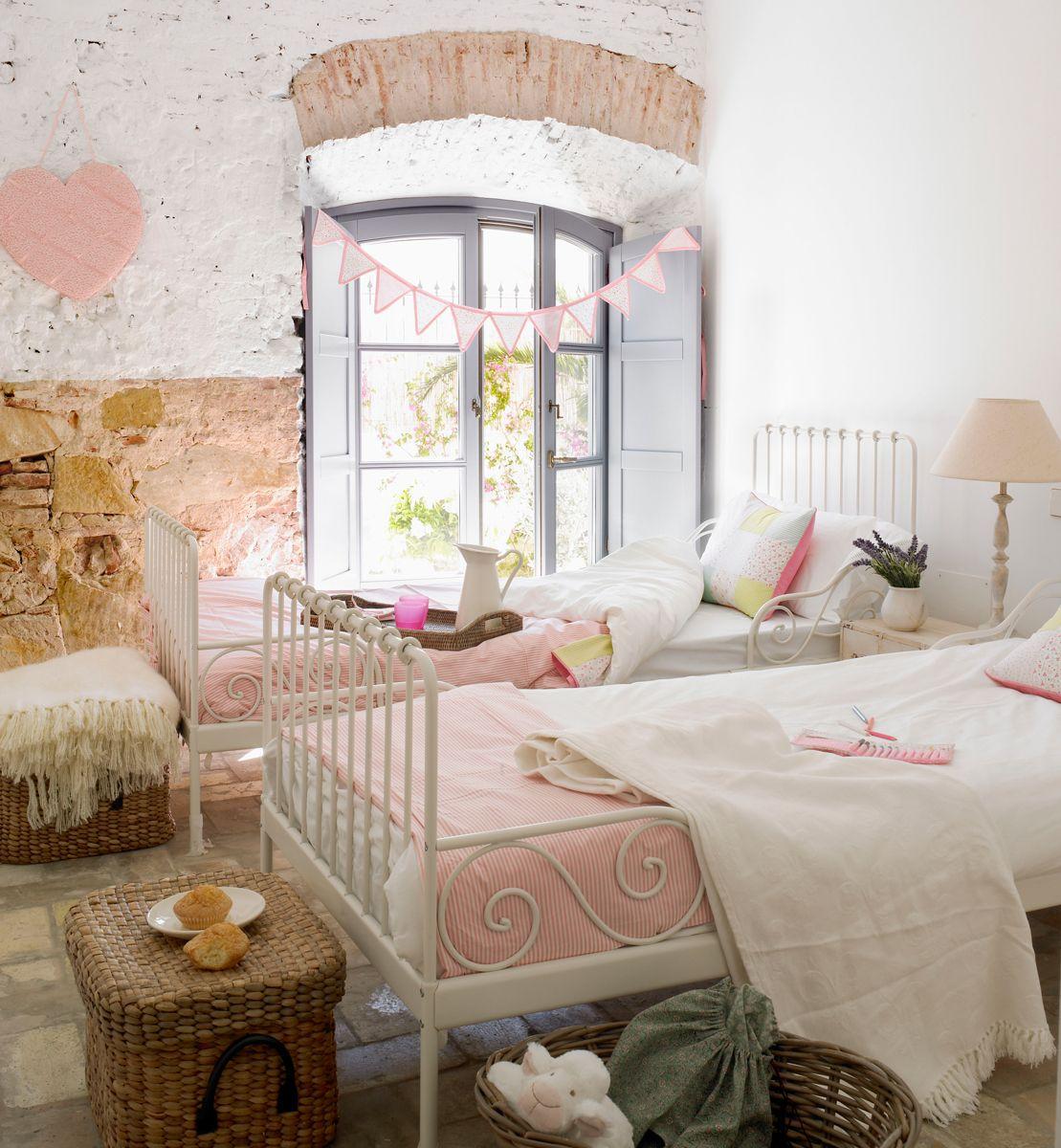 Dormitorio juvenil en rosa y blanco con cama con dosel y escritorio ...