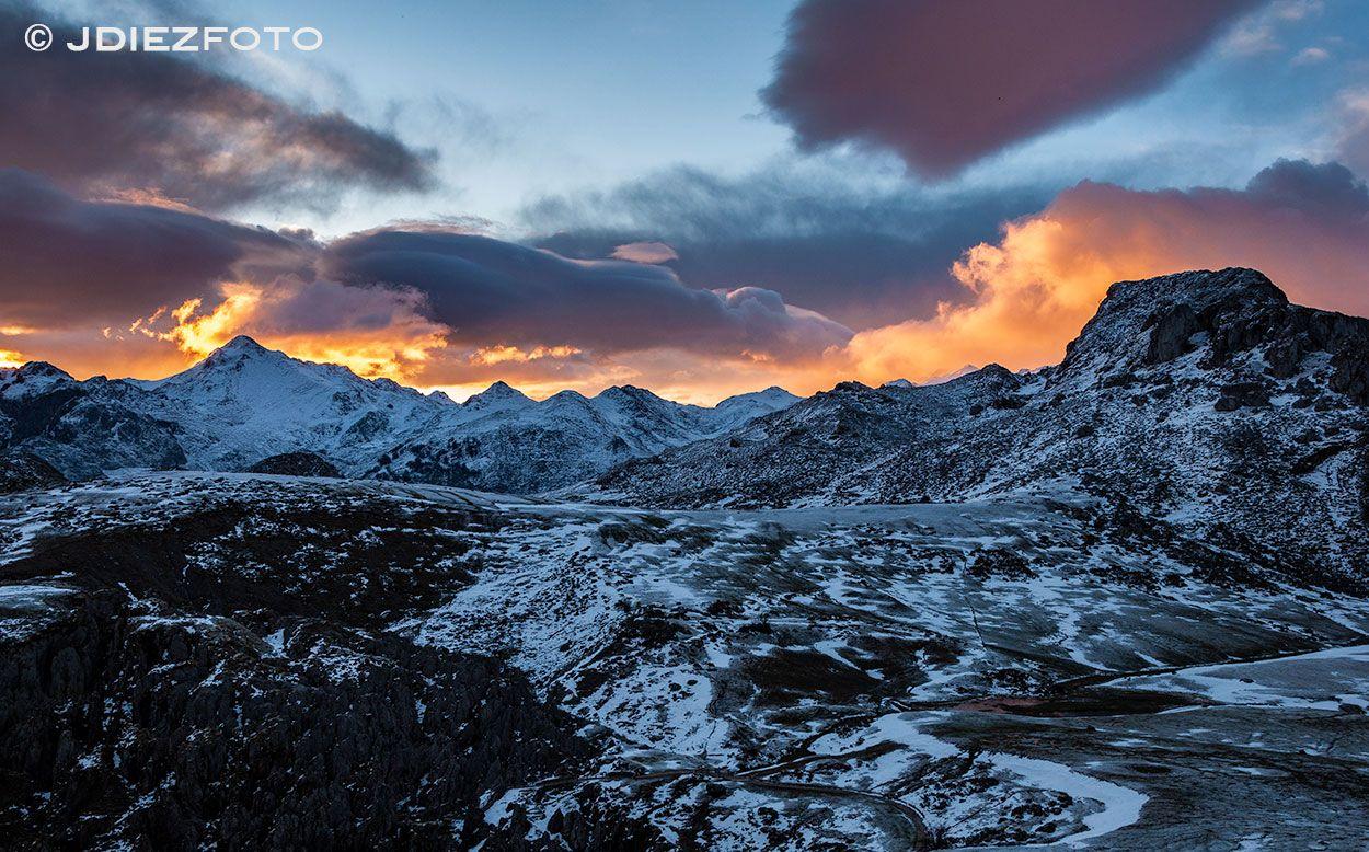 Amanecer En Los Picos De Europa En Los Lagos De Covadonga Taller De Fotografía Con Rafa Irusta Amanecer Fotografia Lagos De Covadonga Lagos Picos De Europa