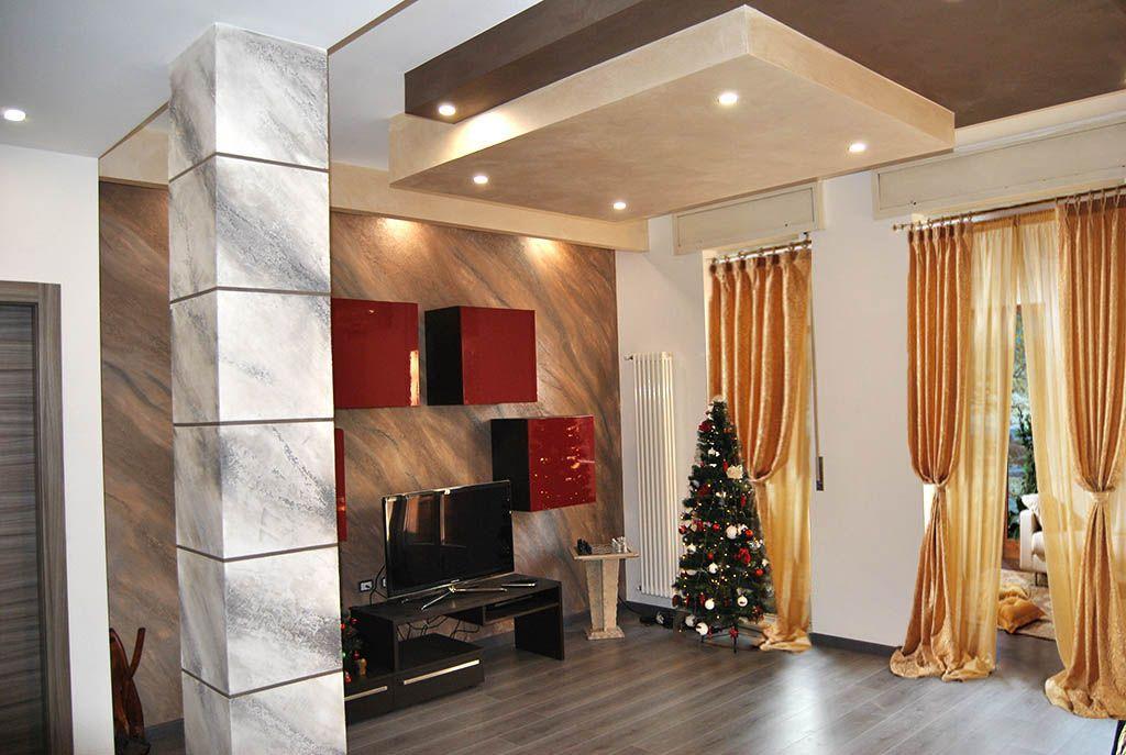 Soggiorno con decorazione a calce. Realizzazione di una parete ...