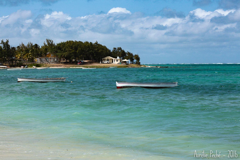 Crique à Rodrigues   sauts-de-puce.fr   #crique #lagon #barques #Rodrigues #paysage #voyage