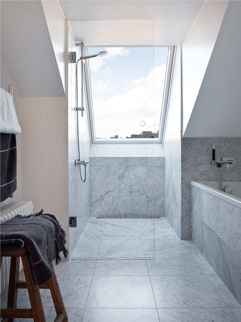 Duschplats med utsikt, marmorimitation, inbyggt badkar ...