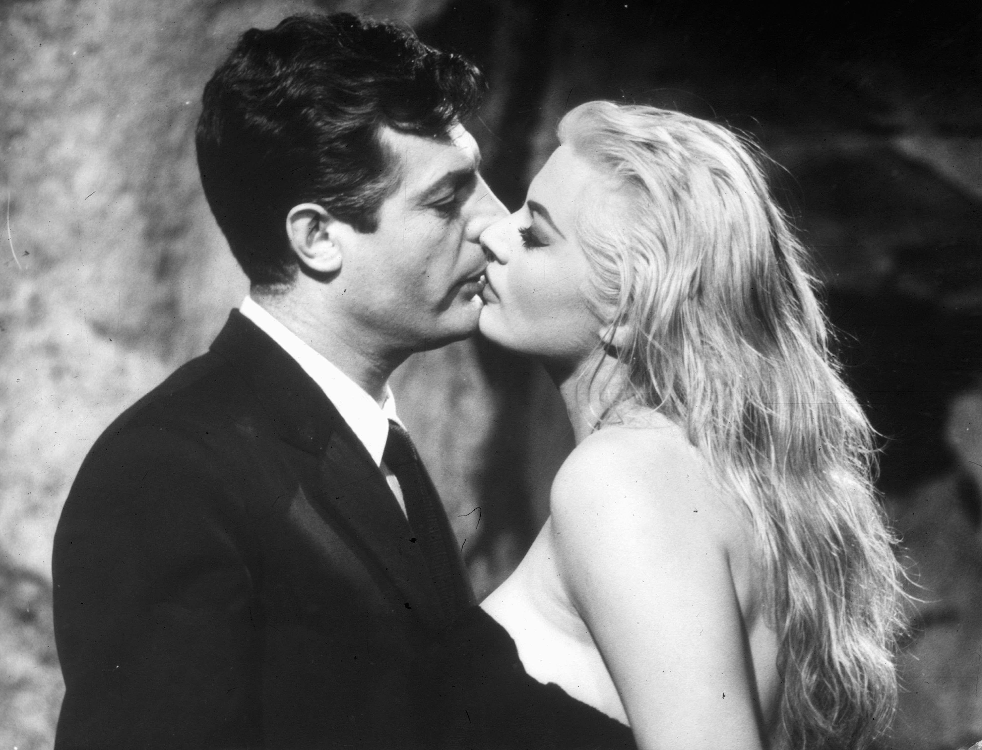 Risultato immagini per bacio LA DOLCE VITA, DI FEDERICO FELLINI, 1960