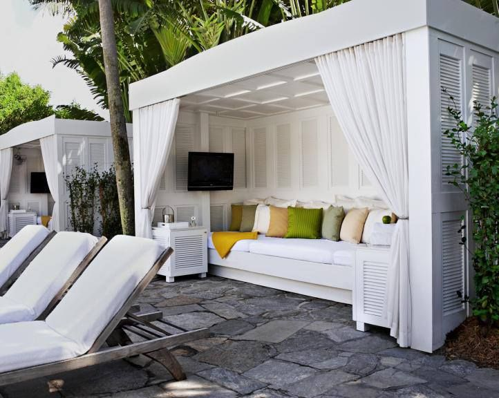 Delano south beach bungalow outdoor rooms backyard for Delano hotel decor