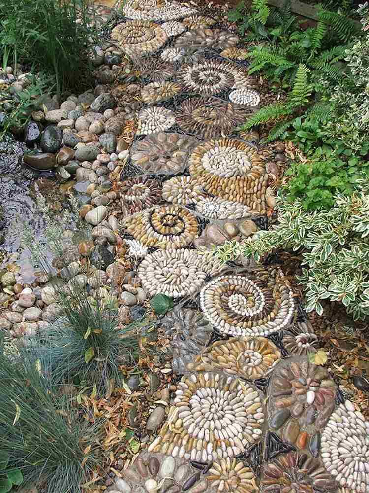 gartenwege aus kieselsteinen schön zwischen bäumen raingehen, Garten und Bauten