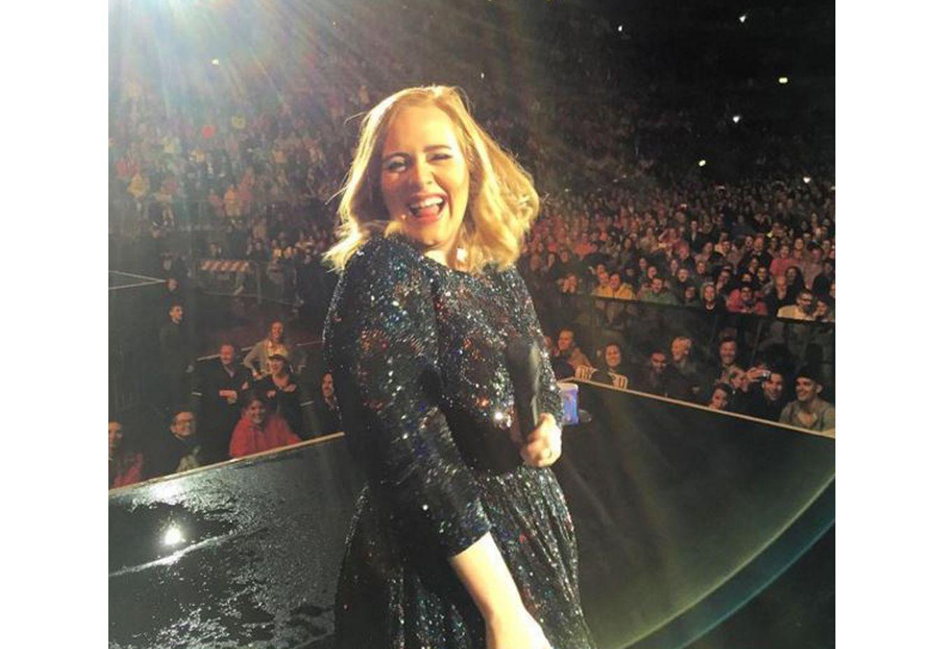 Adele diz que vem ao Brasil durante show em Amsterdã