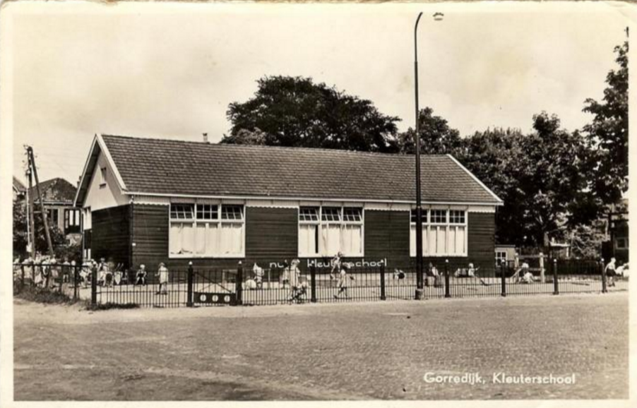 Gorredijk - Kleuterschool - poststempel 1959 - Uitgave van: Boekhandel Wiebe Moll, Hoofdstraat 45 Gorredijk, Tel. 319