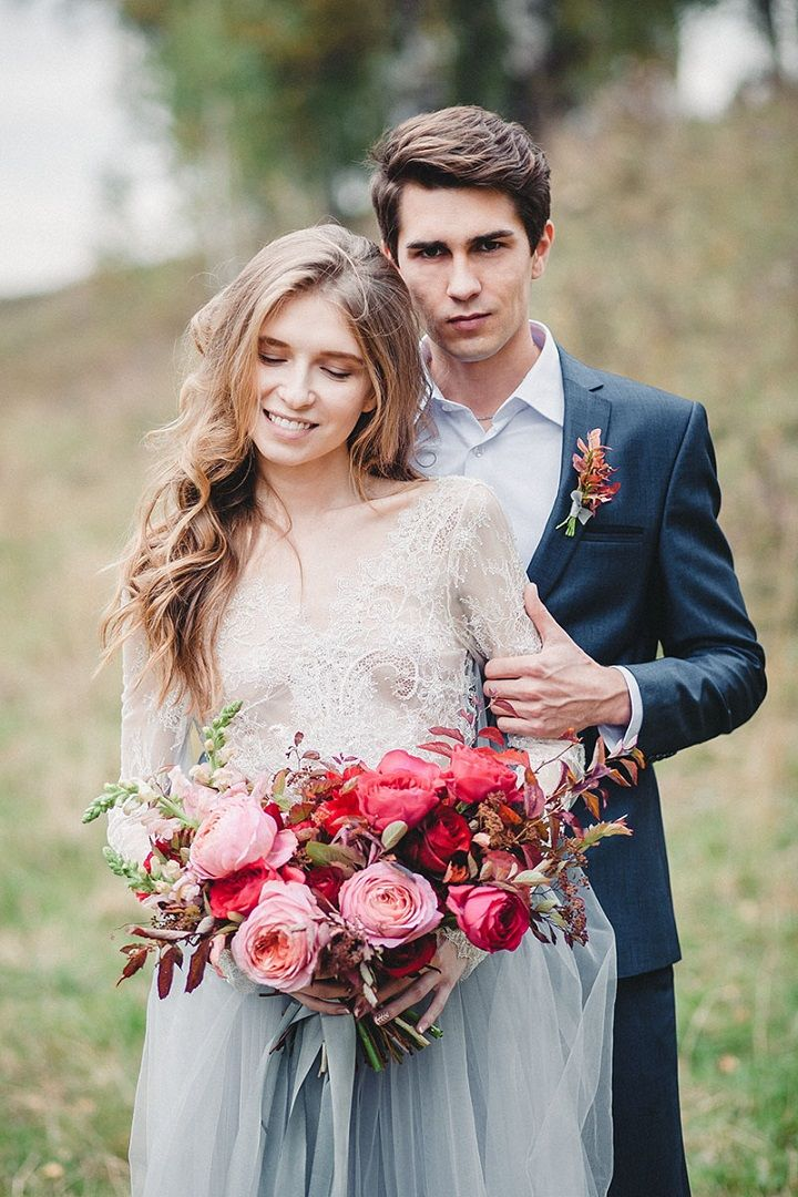 Blush and deep red autumn wedding bouquet | fabmood.com #wedding #autumnwedding #fallwedding #groom #bride #brideandgroom #weddinginspiration #filmwedding #fineartwedding #weddingphotography