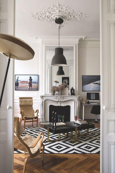 Dans le salon, lampadaire années 50 italien, tapis et suspension