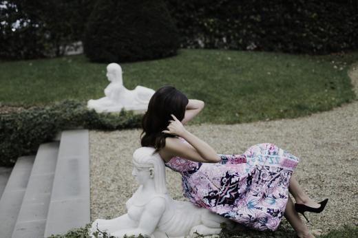 Als würde man durch ein Kaleidoskop sehen: Das knielange Kleid mit wildem Print hat Mary Katrantzou entworfen.