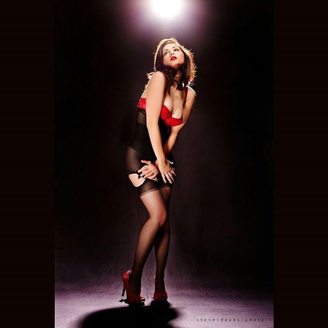 #classic #pinup #photo by Steve Daubs. #love #carlottachampagne #model #artmodel #figuremodel #naturalfigure #curves #legs #retro #pinup #glamour
