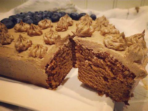 En veldig saftig sjokoladekake med nydelig smak av vanilje. Jeg laget denne i en liten firkantet form men synes den passer best i en rund 24 cm form. På toppen valget jeg en litt kremete sjokolades…