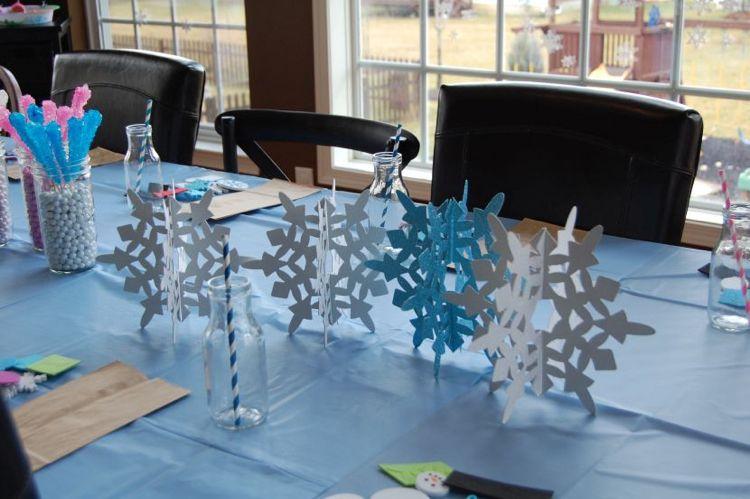 ideen weihnachtsdeko b ro arbeitsplatz tischdeko papier figuren schneeflocken weihnachten. Black Bedroom Furniture Sets. Home Design Ideas