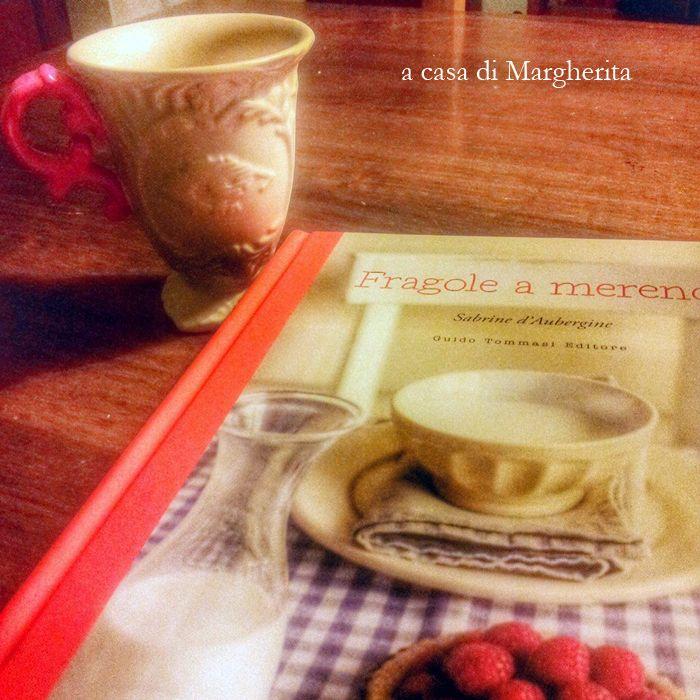 """""""Fragole a merenda"""" a casa di Margherita, che ha persino trovato una tazza con il manico del colore del dorsetto! E queste son raffinatezze...    #quifragoleamerenda"""