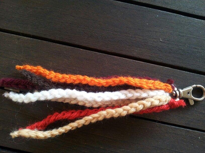 Llavero hecho con cadenetas de colores