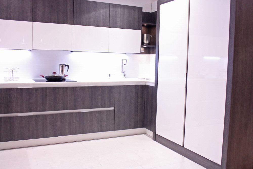 Diseño cocina de Tot en Cuina Calaf. Puertas en cristal con gris ...