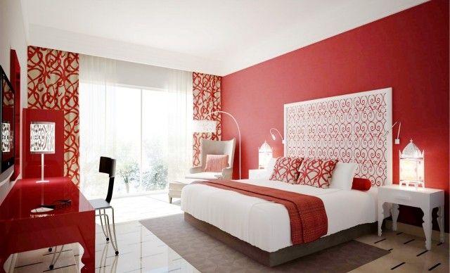 décoration chambre mur en couleur rouge avec une couverture ...