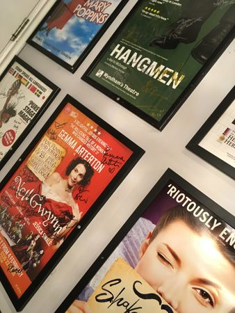 13 Affischer på teaterkaféetstoa