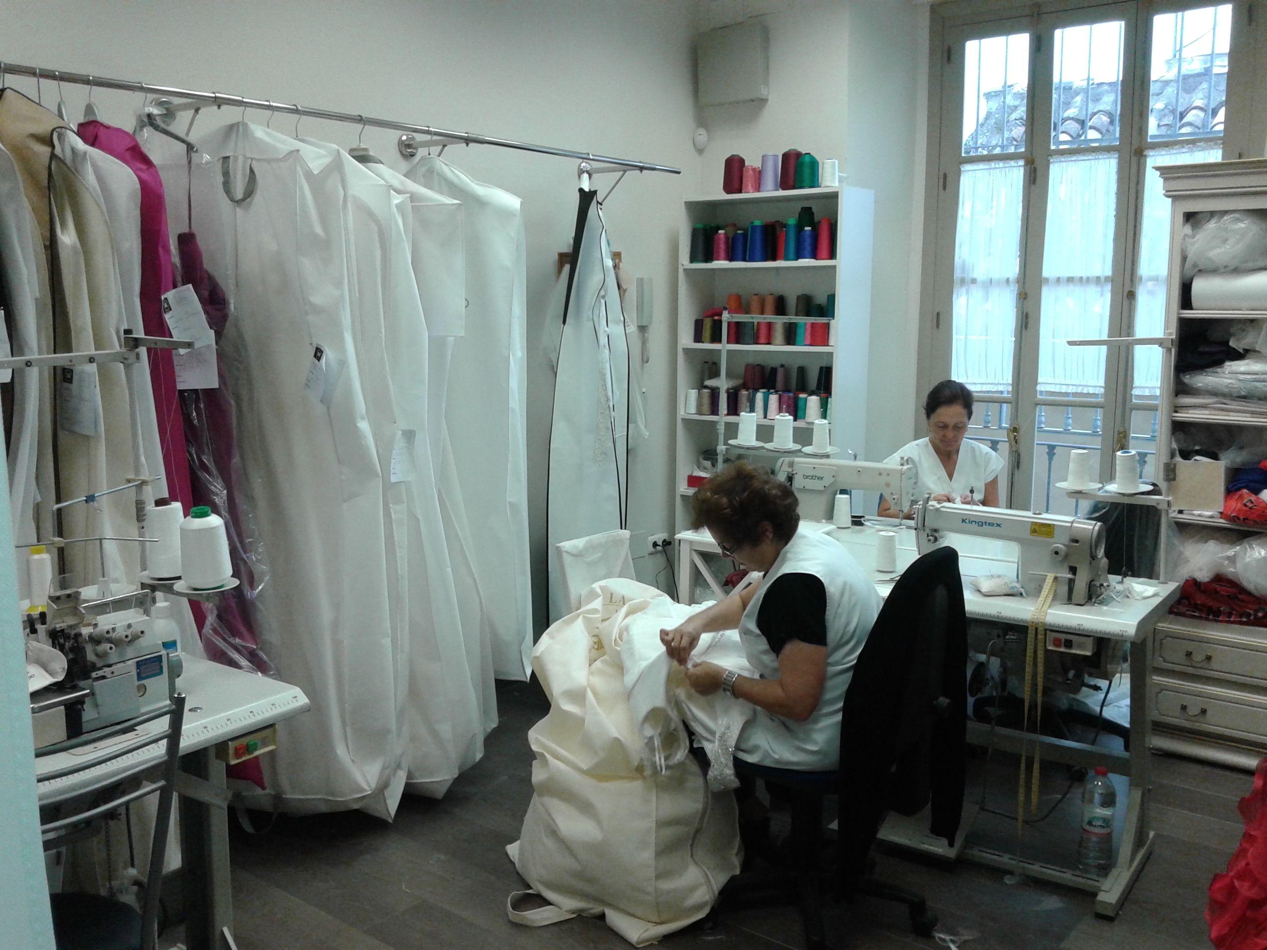 En nuestro taller terminamos de adaptar los vestidos a nuestras clientas