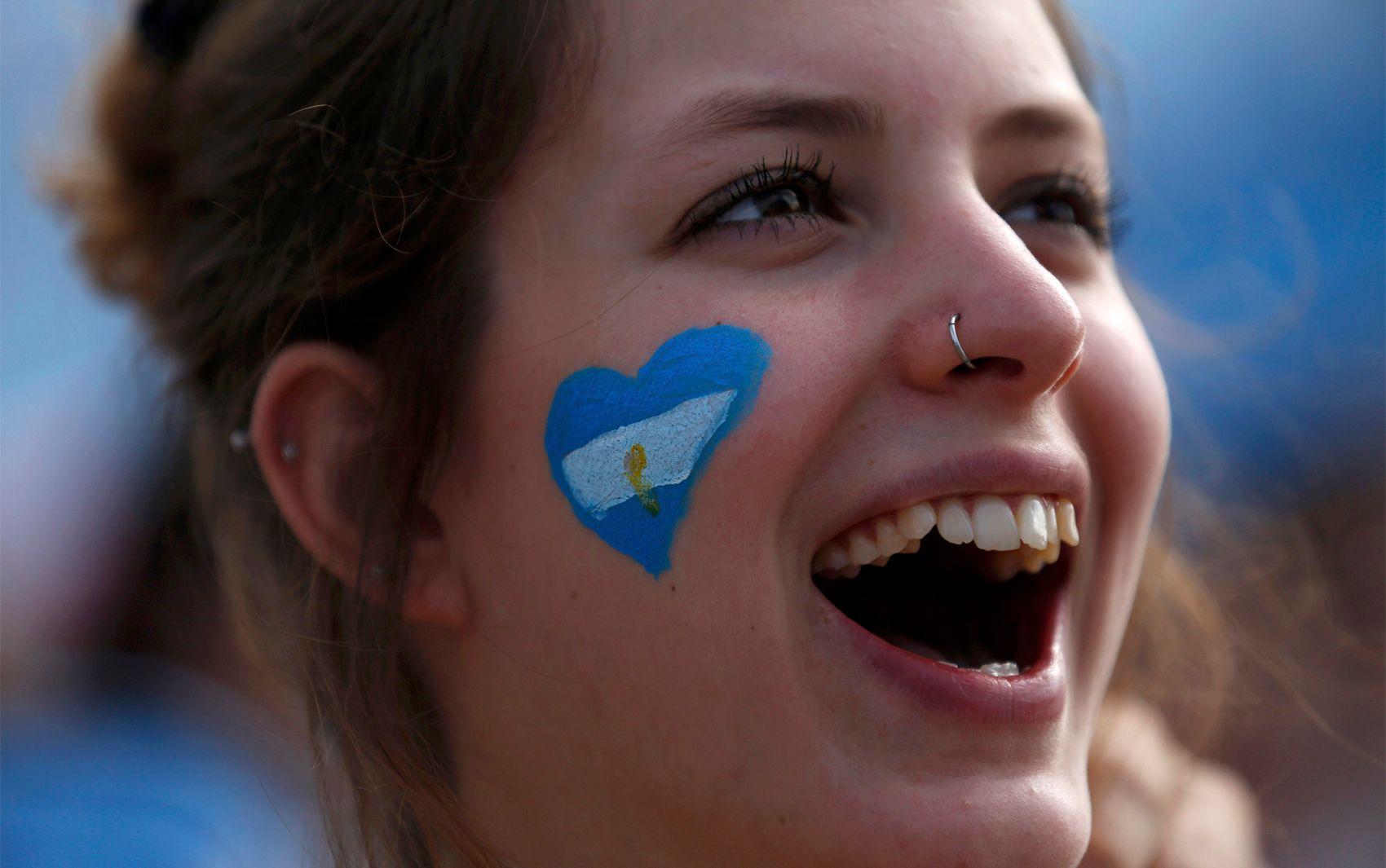 21/6 - Argentina torce pela seleção do seu país contra o Irã durante a transmissão do jogo na Fifa Fan Fest de Copacabana, no Rio