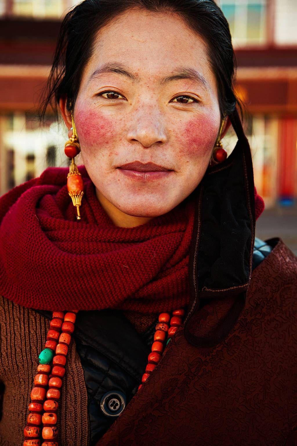 Woman from Platoul Tibetan, China, by Mihaela Noroc   Тибетская женщина, Китай. Фотограф Михаэла Норок