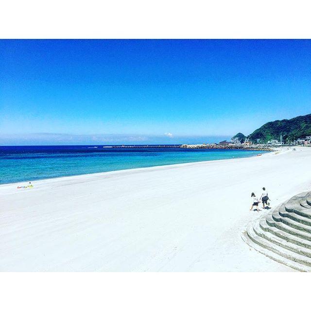 【yui3651】さんのInstagramをピンしています。 《青い海、白い砂浜、手をつなぐ恋人達  を眺めるおじさん4人  #海 #神津島》