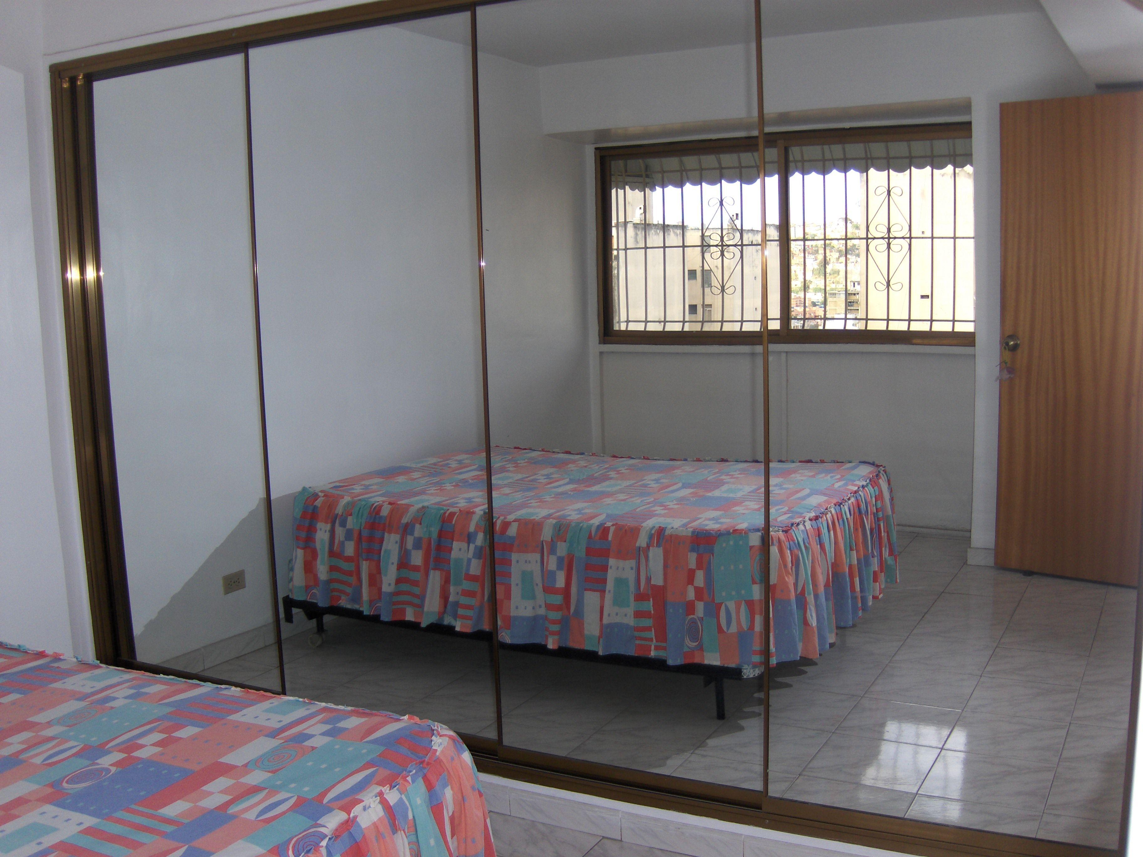 Puertas corredizas de espejos para un amplio closet for Espejos para pegar en puertas