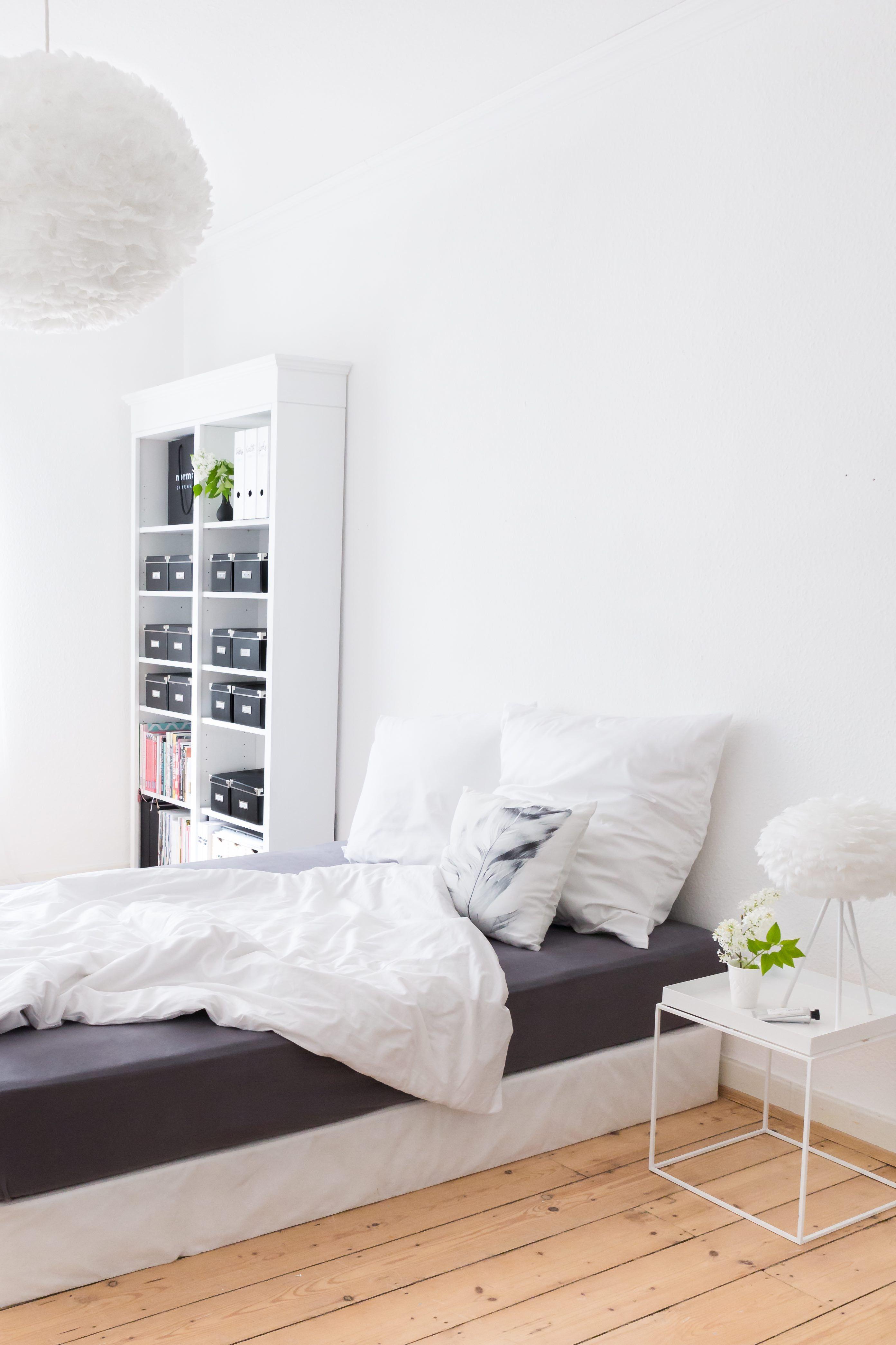 Schlafzimmer mit VITAs Leuchte Eos und Tray Table von HAY ...