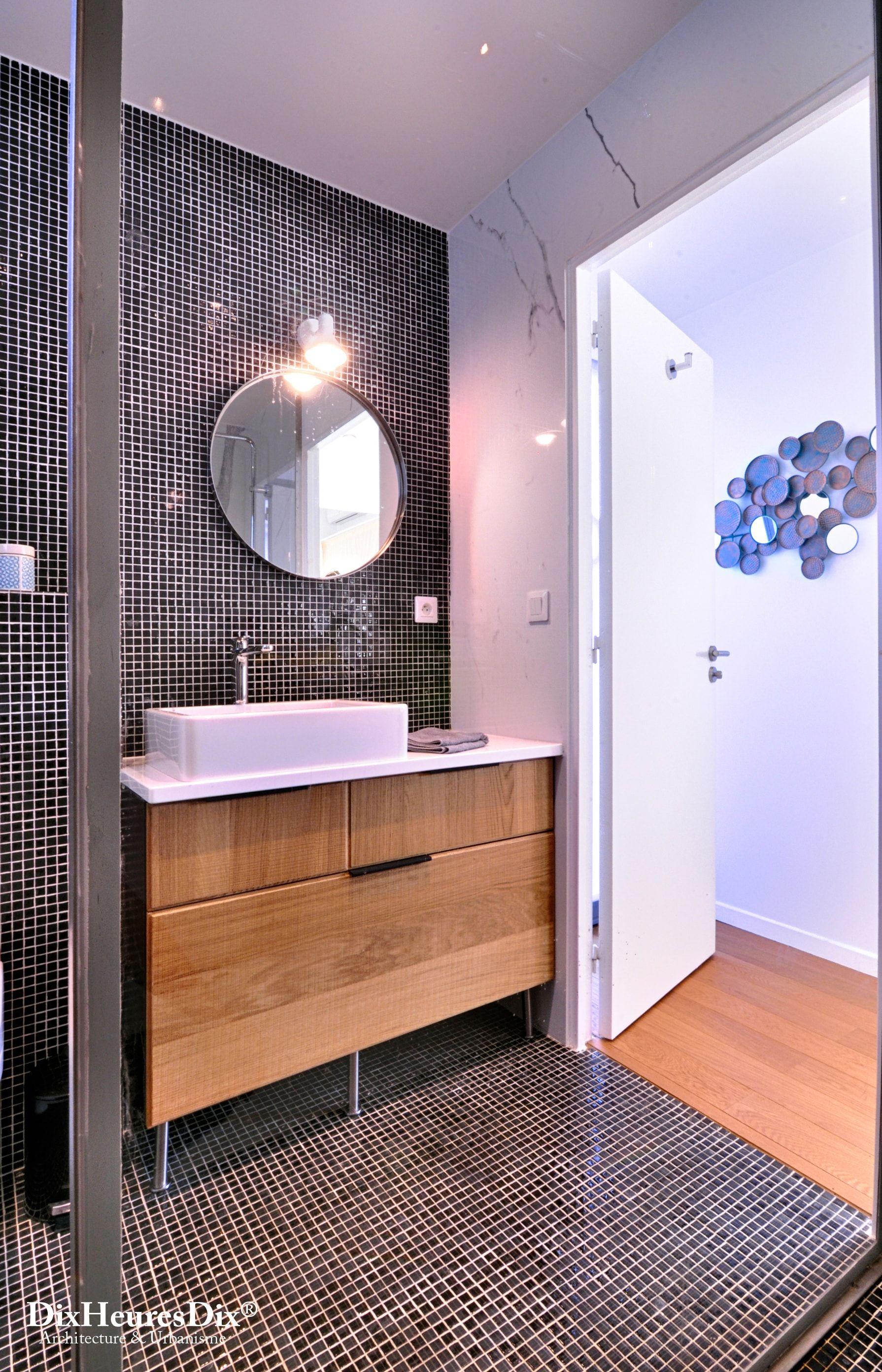 Cette salle d\'eau moderne et design est carrelé de haut en bas avec ...