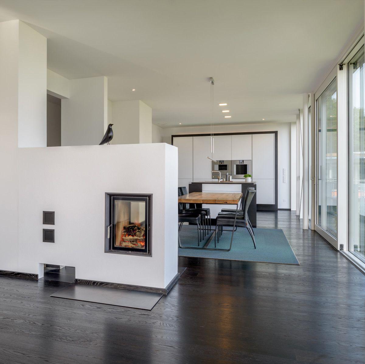 inneneinrichtung haus pawliczec von baufritz modernes wohnzimmer offen mit kamin als. Black Bedroom Furniture Sets. Home Design Ideas