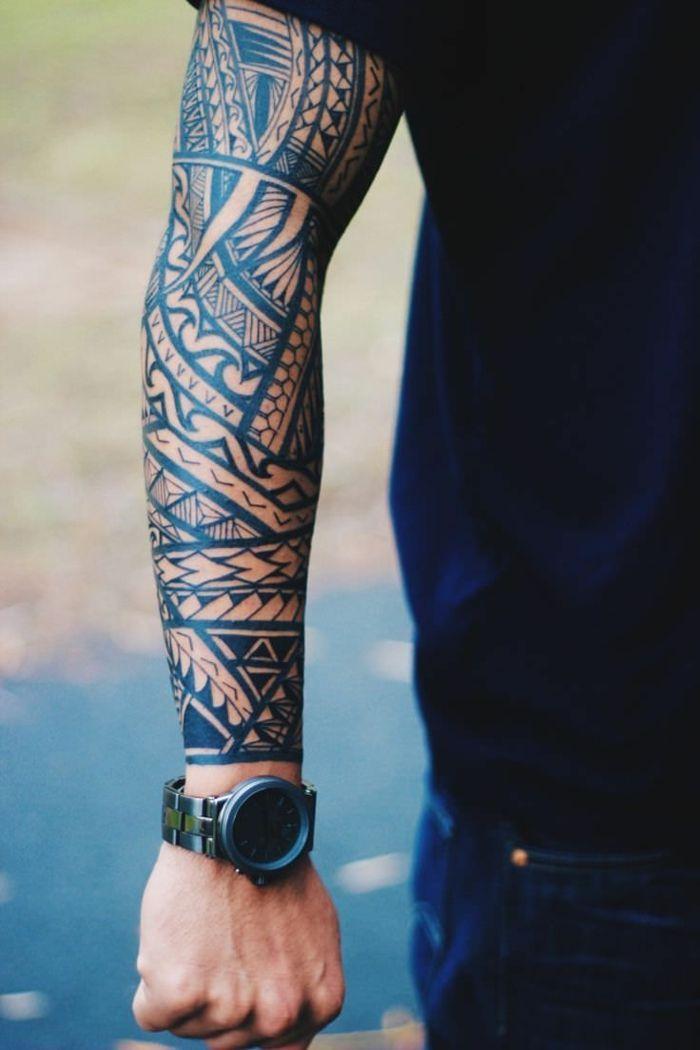 Tatuajes Brazo Hombre Con Camiseta Negra Y Reloj Brazo Entero - Brazo-tatuaje