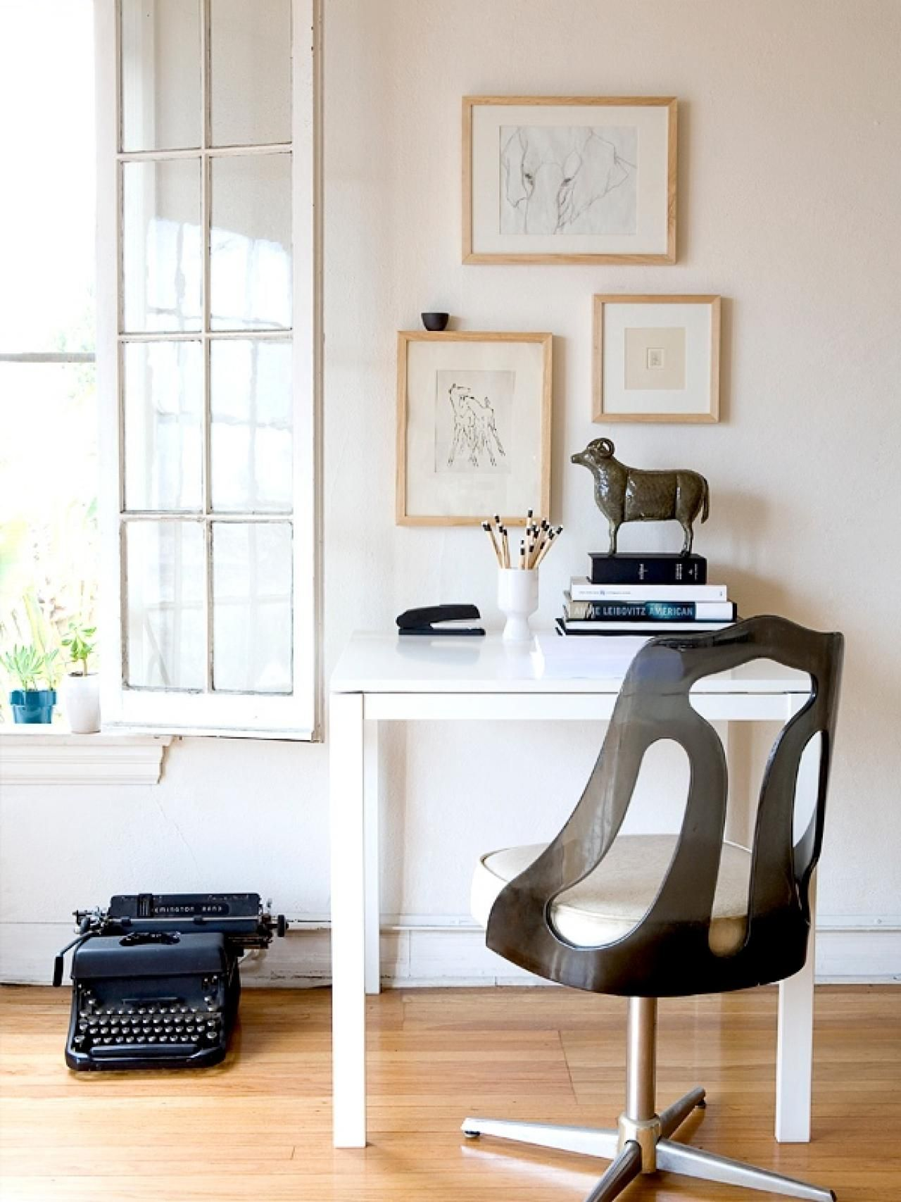 Having a minimalist home office furniture decorating ideas is a good ...