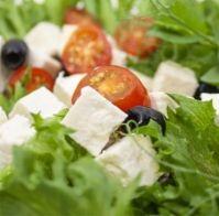 Juustopöytä ry - 6/2015 KUUKAUDEN JUUSTO: Feta ja salaattijuusto.  Fetajuuston juuret ulottuvat aina antiikin Kreikkaan. Fetasta tuli kuitenkin alkuperältään suojattu juusto vasta vuonna 2002. Alkuperäsuojauksen vuoksi muualla kuin Kreikassa valmistettua fetaa vastaavaa juustoa kutsutaan nykyisin salaattijuustoksi. Lue lisää www.juustopoyta.fi