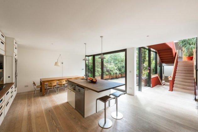 Una cocina a medida y un comedor ocupan todo el ancho de la casa - cocinas grandes de lujo