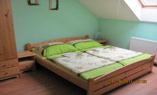 Obrázek, pokoj číslo 5, maželská postel.