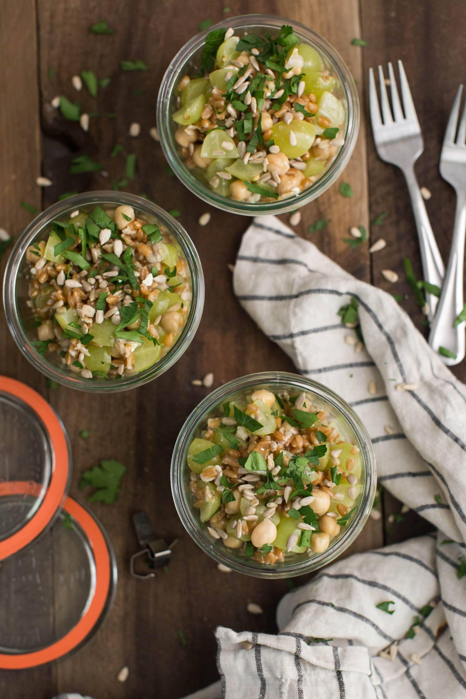 Dinkel Traubensalat mit Kichererbsen und Blauschimmelkäse |  @naturallyella