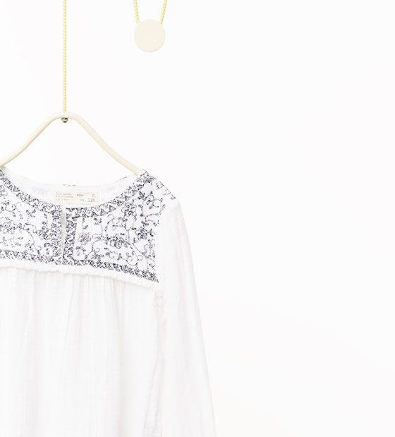 Afbeelding 3 van Wijde blouse met borduurwerk en reliëf van Zara