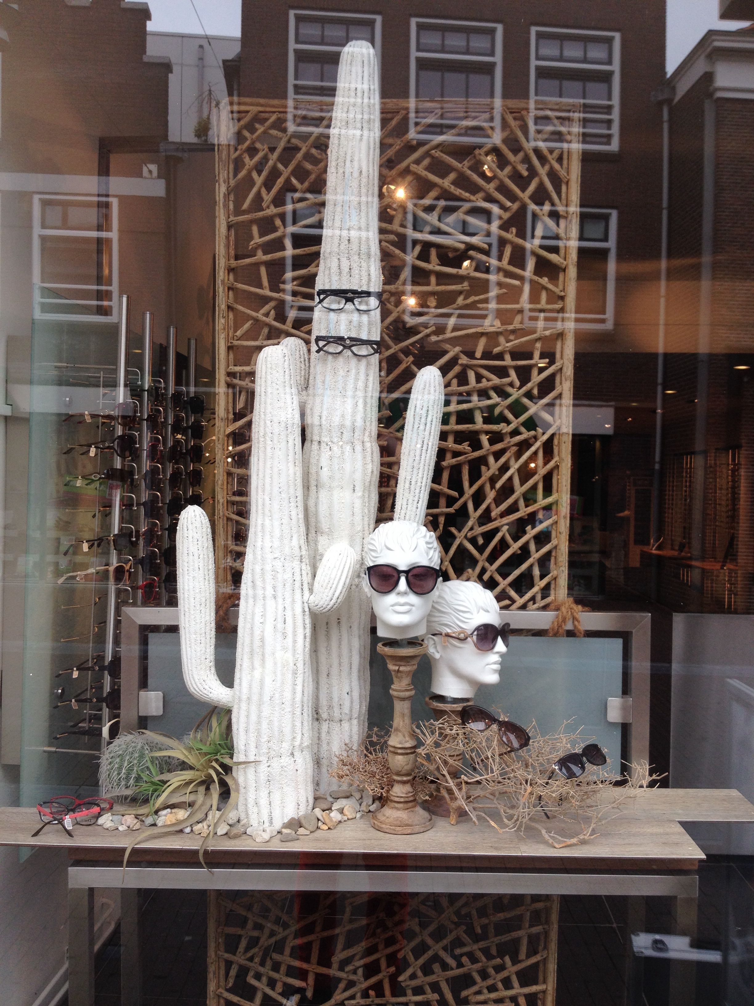 Summer window display at an optician styled by rich art for Dekoration und display