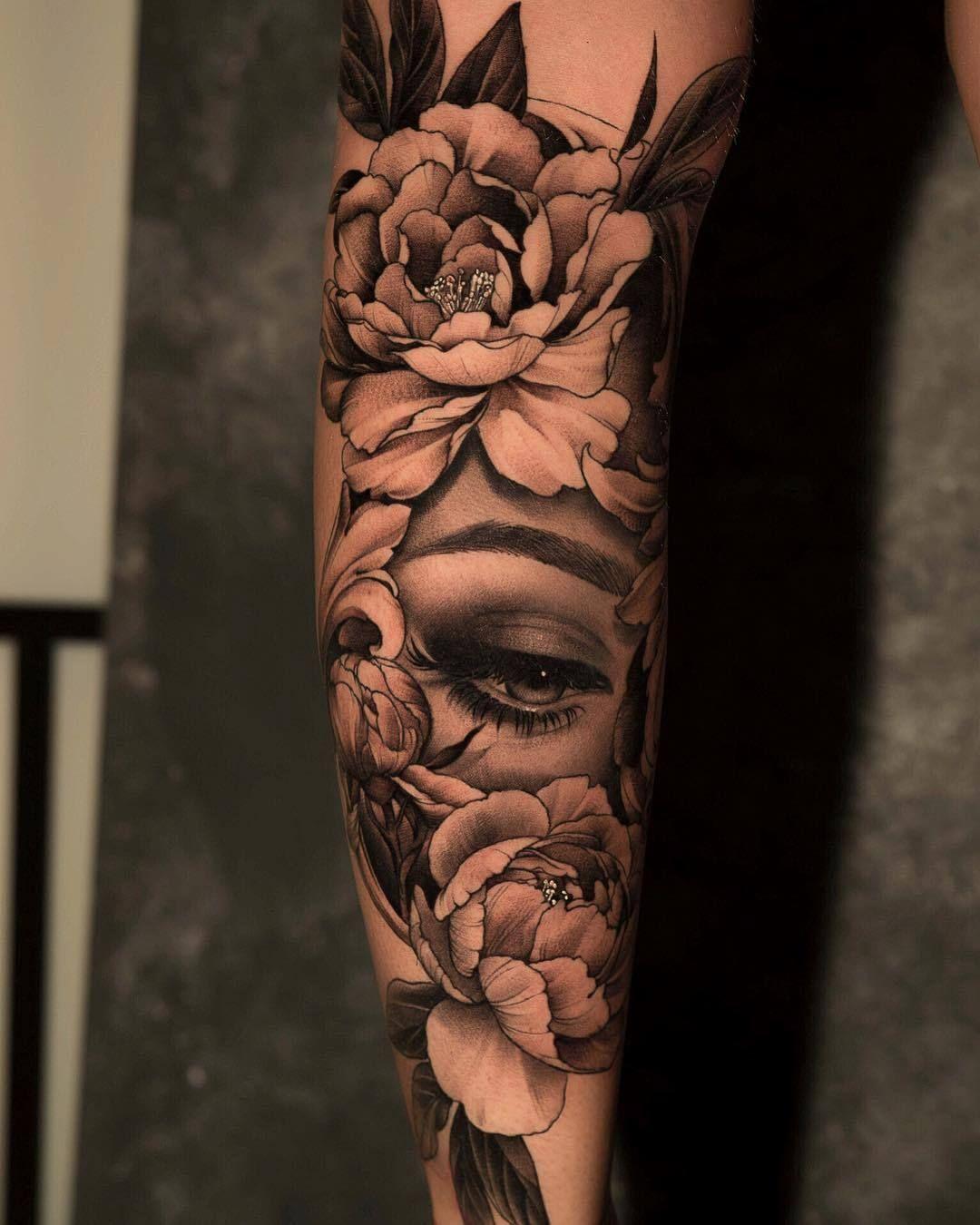 Oberarm tattoo frau