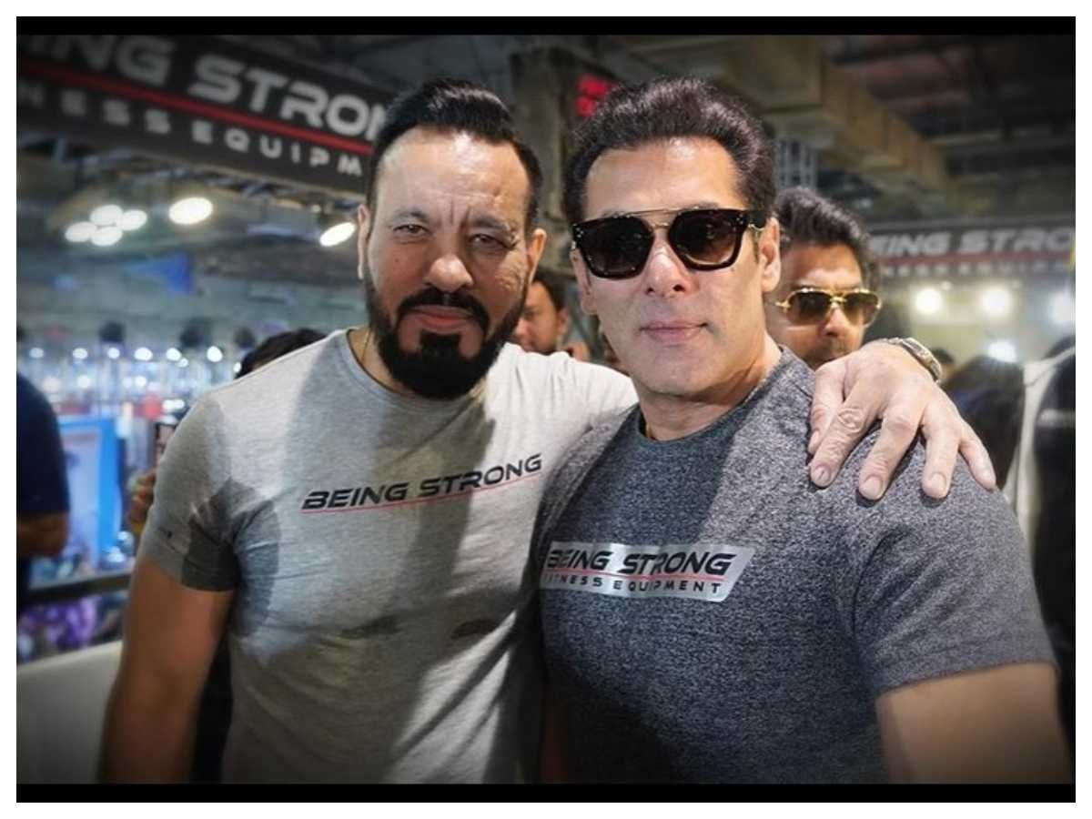 Salman shares a pic with bodyguard Shera