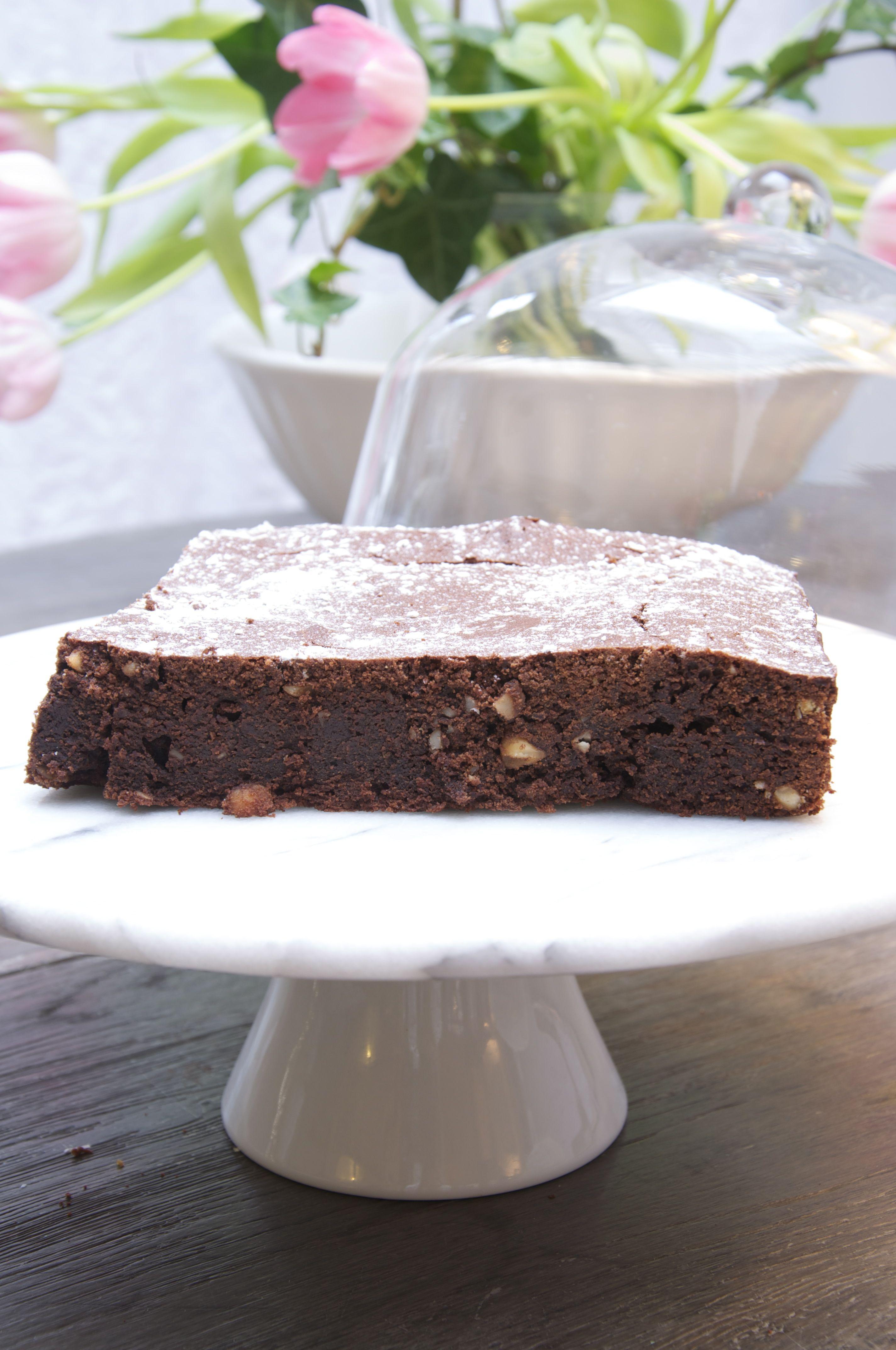 Ingrediënten:250 gr.boter, 175 gr. pure chocolade(kleine stukjes), 250 gr. basterdsuiker,  3 dl. heet water, 1 eetl. instant-koffie, handvol walnoten, 200 gr. bloem, 60 gr. zelfrijzend bakmeel, 60...
